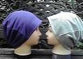 """60  """"紫色(裏起毛)""""と""""グレー""""のリバーシブル帽子"""