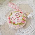 イニシャルR : 花刺繍のメジャーとピンクッションセット