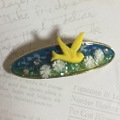 黄色い鳥と白い花
