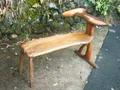 奥行きが浅いのに深く座れる椅子/ベンチ