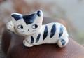 キュートな1点もの! 手びねり猫(右手招き)シマ猫箸置き(陶器製)