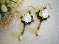白いお花とシュガービーズのピアス