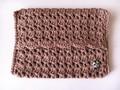 猫チャーム付きの手編み ポケットティッシュケース (チョコブラウン)