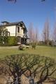 山手イタリア山庭園 丸い木陰と遠くの建物・木との調和(横浜市山手)ランクA