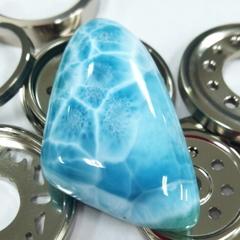 [97.15ct] 美しい青色のつやつや大きなオカリナ的形のルース ラリマー