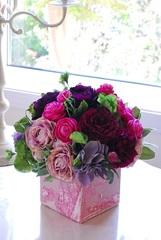 ピンクのカルトナージュの花器使用 パープルアレンジ