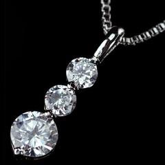 ジュエリーの仕上がり!人気のベネチアチェーン CZダイヤモンドペンダント 「トリロジー」