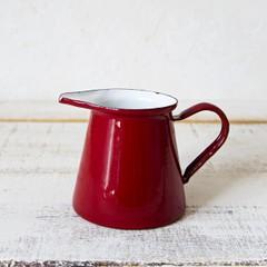 赤いピューターのミルクポット