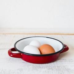 赤い小さなキャセロール鍋