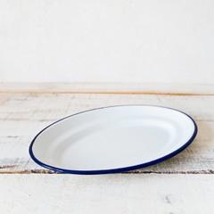 白いピューターの楕円形のお皿