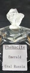 フェナカイト(フェナサイト、宝石質)原石22,5Ct(ロシア・エメラルド鉱山産)