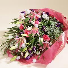 ピンクのユリとバラの豪華な花束