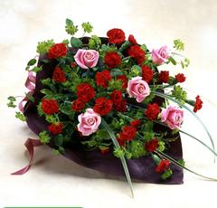 バラとスプレーカーネーションの花束(中)