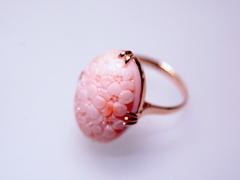 ピンクサンゴ 小花の総彫りオーバルK18リング