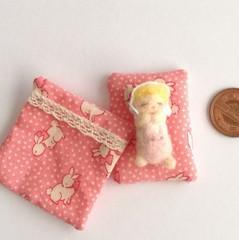 羊毛赤ちゃんとお布団セット(人形女の子/ピンクのうさぎ柄の布団)