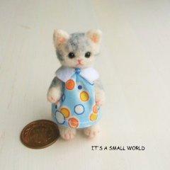 羊毛猫人形(グレーとら猫・白い襟の服と帽子)