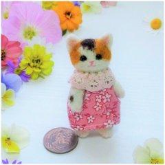 羊毛猫人形(三毛猫・ピンクの小花服)