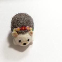羊毛ハリネズミのピンクッション(デイジーのティアラ・アップリケ)