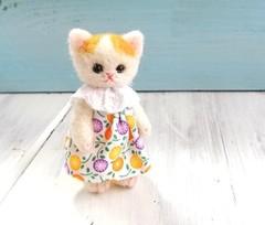 羊毛猫人形(茶ぶち猫・ドロップみたいな小花の服)