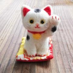 お馴染和風の招き猫(黒ぶち猫☆左手招き)