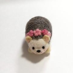 羊毛ハリネズミのピンクッション (ピンクの小花・アップリケ)