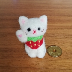 ほのぼの幸せ招き猫(白猫☆赤い苺✴右手招き)