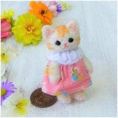羊毛猫人形(茶とら猫・ピンクのさくらんぼの服)