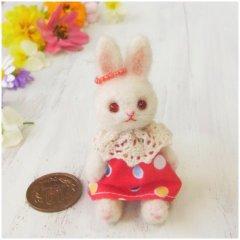 羊毛うさぎ人形(赤い瞳の白うさぎ・ビーズの耳飾り)