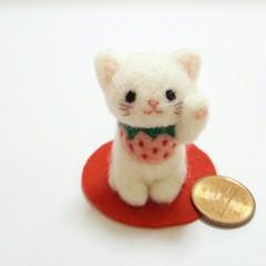ほのぼの幸せ招き猫(白猫☆ピンク苺✴左手招き)