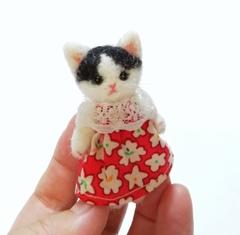 羊毛猫人形(黒はちわれ猫*赤い服)