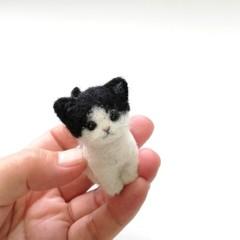 黒ぶち猫お座り*スモール子猫