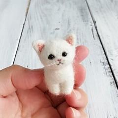 白猫お座り*スモール子猫