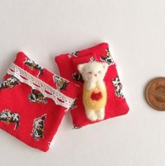 羊毛赤ちゃんとお布団セット(白猫/猫柄赤い布団 )