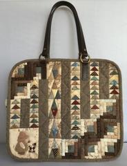 ログキャビンと三角のバッグ