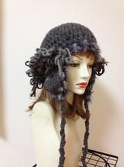 アルパカ毛の耳当て帽 2色あります。