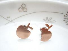 ローズゴールドのリンゴ 小さなスタッドピアス