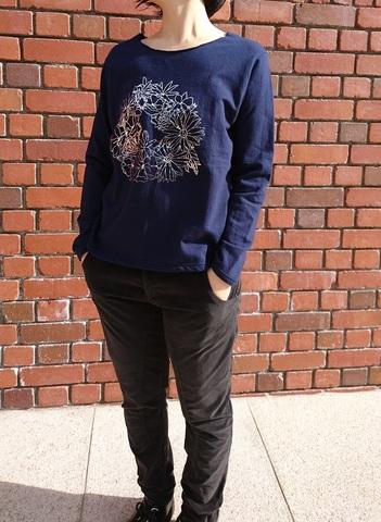 【aqua wistaria】箔プリント裏毛プルオーバー