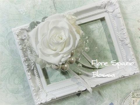 プリザーブドフラワー コサージュ ホワイト バラ3輪と白パール ①