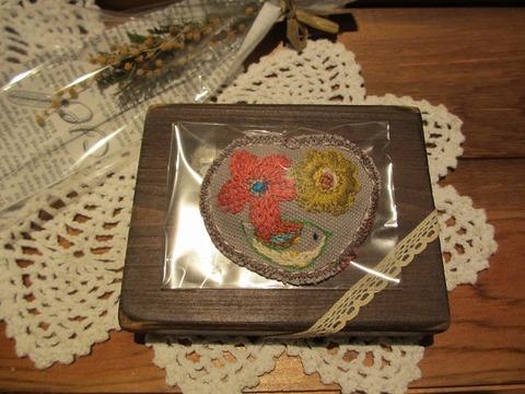 刺繍ブローチ コトリとお花