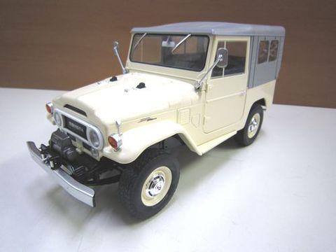 ランクル40 1967 ベージュ幌 1/18 ダイキャスト製 新品 トリプル9