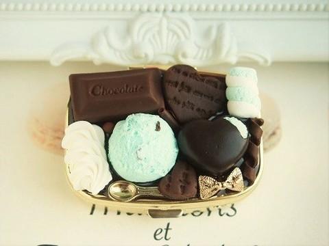 チョコミントアイスとかじりかけハートチョコのピルケース