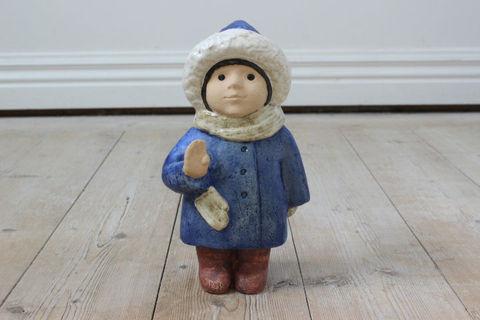 Lisa Larson(リサラーソン)/SKULPTURERシリーズ 4 Year Old(青いコートの子供)