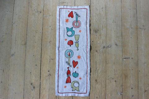 クリスマスモチーフの刺繍のクロス