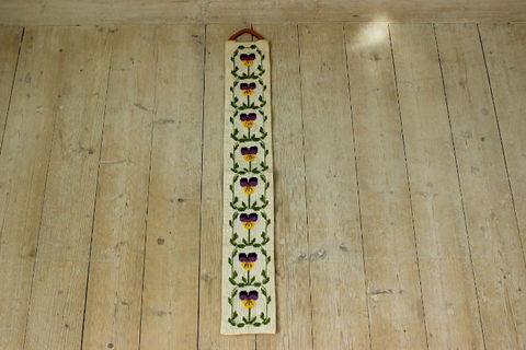 パンジーの刺繍のタペストリー(縦長)