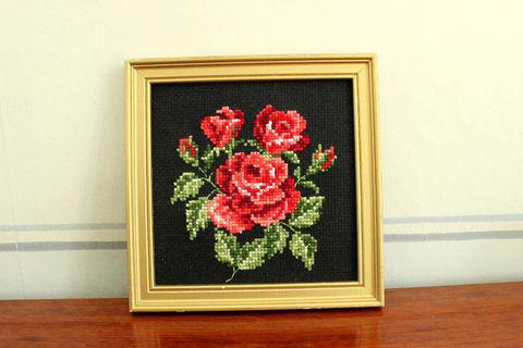 赤いバラの刺繍パネル(額縁入り)
