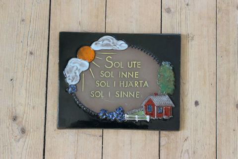 Jie Gantofta(ジィ・ガントフタ)AIMO太陽と赤いお家の陶板
