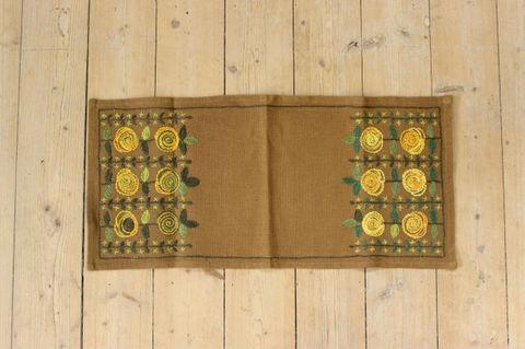 スウェーデンで見つけたブラウン×黄色いお花の刺繍クロス(57.5×27cm)