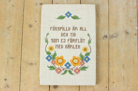 スウェーデン語とお花の刺繍パネル