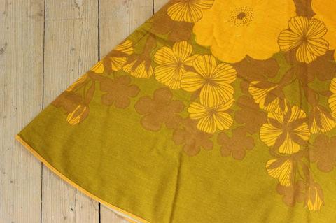スウェーデンで見つけた山吹色×お花柄のラウンドテーブルクロス(Φ148cm)