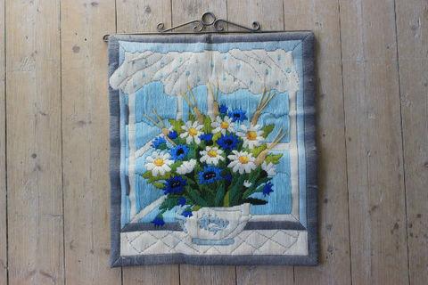 青いお花のブーケの刺繍の大判タペストリー